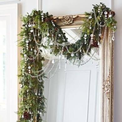 Ideas para decorar espejos de navidad con rnalda, luces led, coronas, espumillones, esferas o bolas de navidad, estrellas, lazos, flores, nieve artificial, etc.