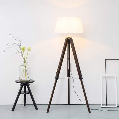 Lámpara de pie con trípode de madera regulable y tulipa de tela blanca en oferta