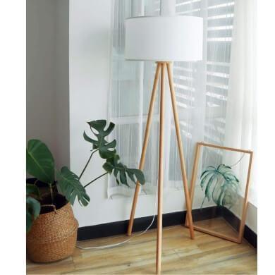 Lámpara vertical en madera natural con trípode pantalla en poliéster blanco