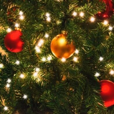 guirnalda, luces led, coronas, espumillones, esferas o bolas de navidad, estrellas, lazos, flores, nieve artificial y un sin fin de alternativas que colmará tu espíritu navideño.